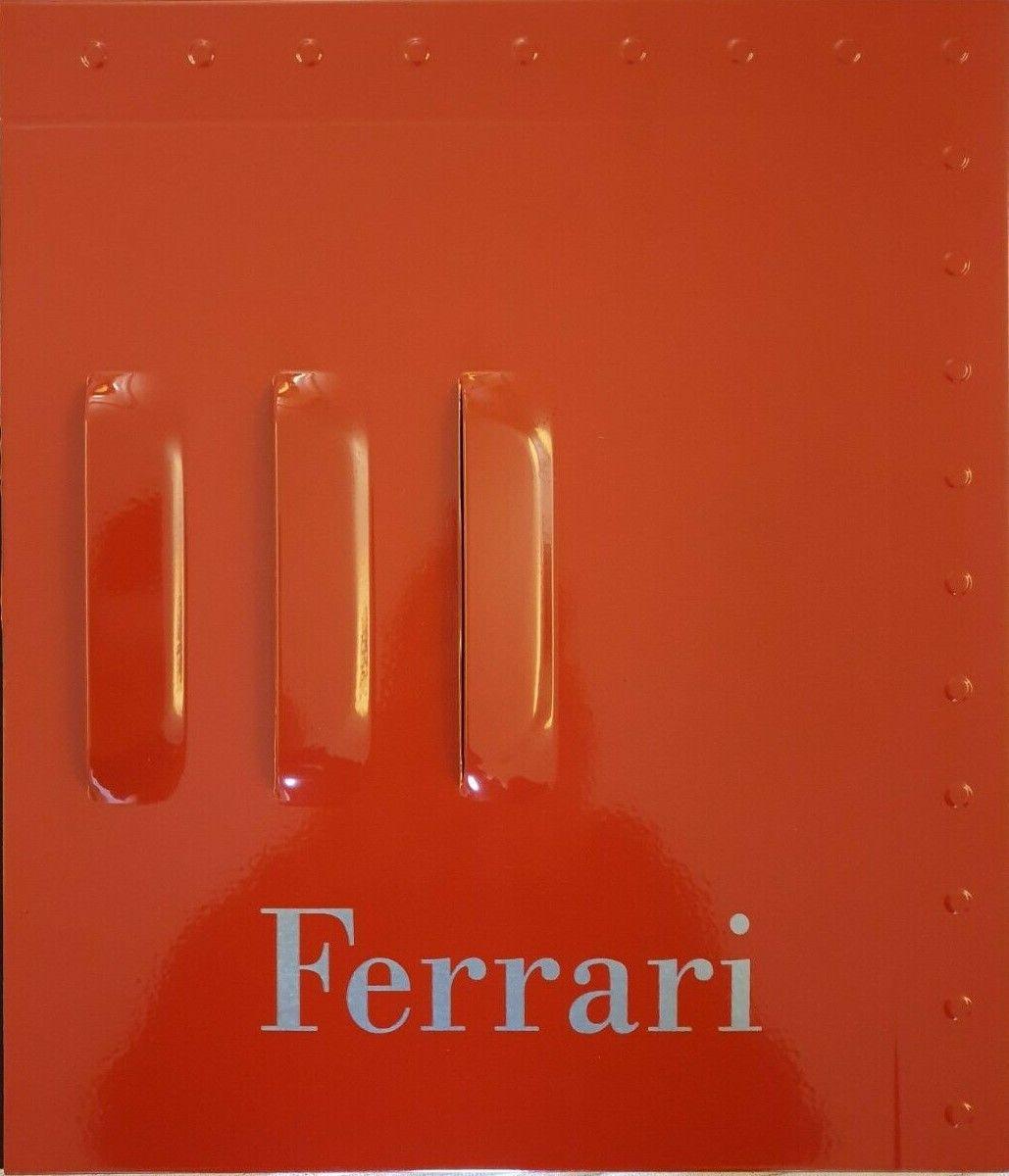Non è la fiancata di una Ferrari, è un libro! Con copertina di metallo e costa 150 €