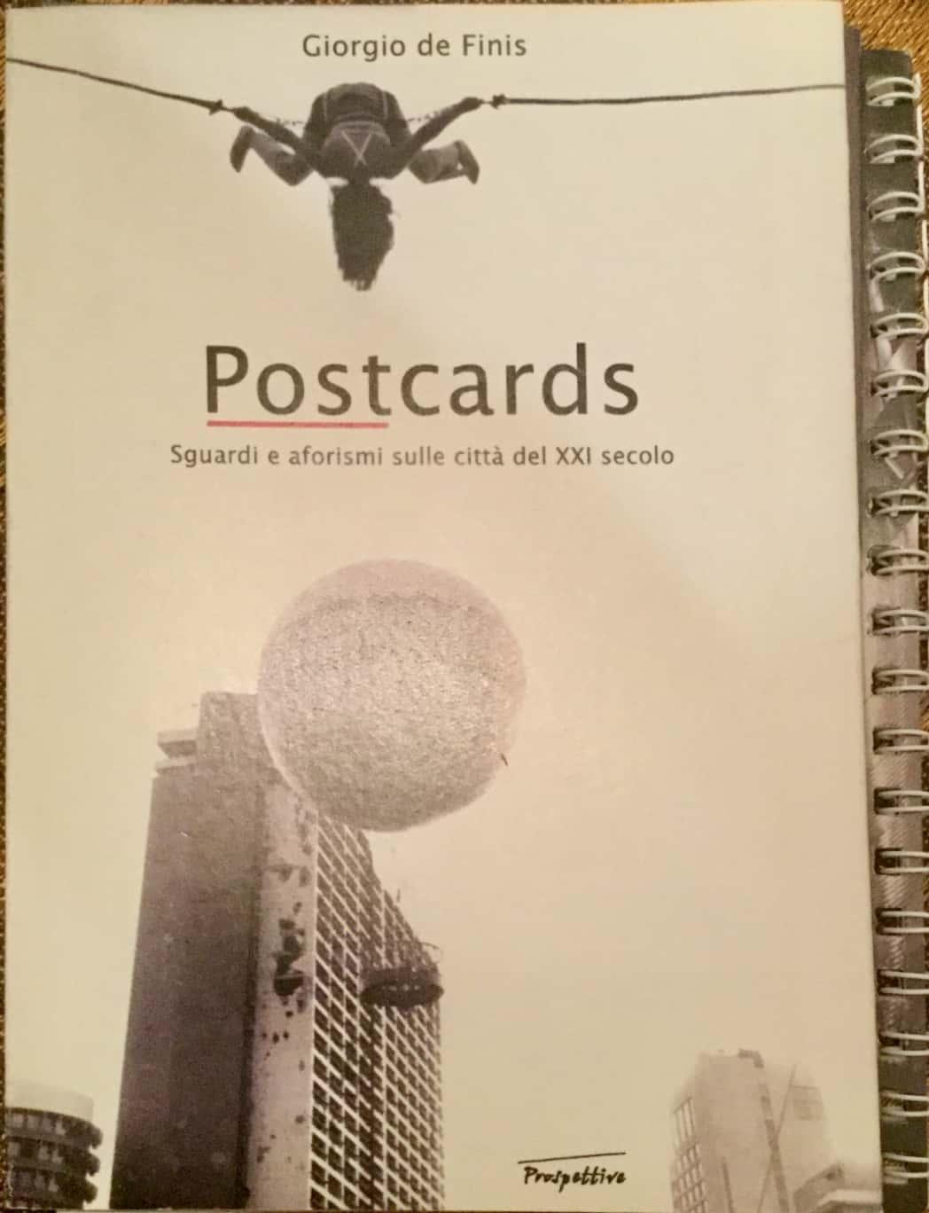 """""""Postcards: sguardi e aforismi sulle città del XXI secolo"""" al mercatino"""
