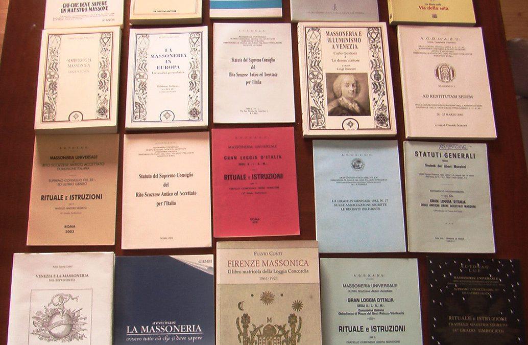 Lotto di 20 libri sulla Massoneria in asta su eBay: rituali, istruzioni, statuti