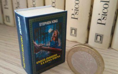 """Un'edizione lillipuziana di """"Unico indizio la luna piena"""" di Stephen King alta 4 cm"""