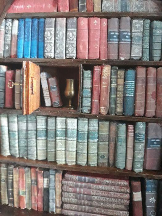 Una biblioteca di libri antichi in miniatura: oggetto da collezione per bibliofili