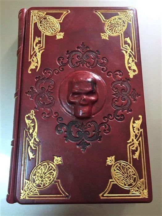 """Una copia in esemplare unico di """"Storia e Mistero del Conte Dracula"""" di  McNally & Radu Florescu: teschio e tagli insanguinati"""