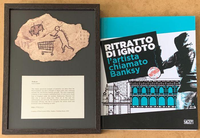 """""""Ritratto di ignoto: un artista chiamato Banksy"""" e una rara cartolina di legno di Peckham Rock (quella che fu affissa clandestinamente al British Museum)"""
