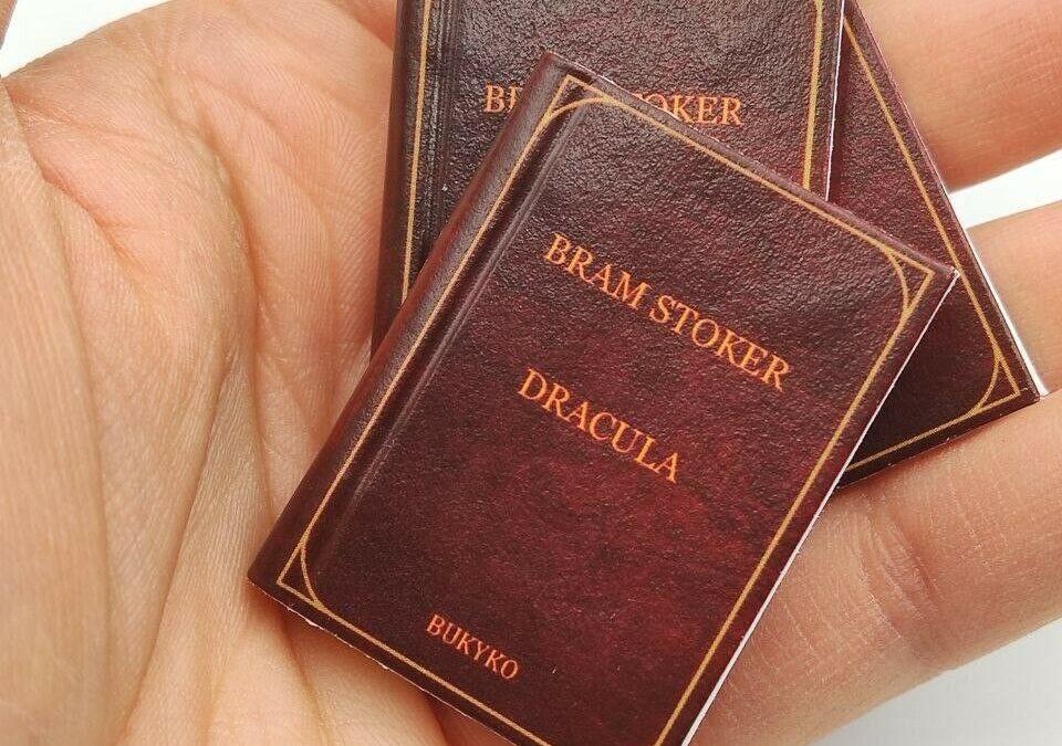 Una curiosità per gli appassionati di Dracula di Bram Stoker: un libricino di 3,9 x 2,8 cm