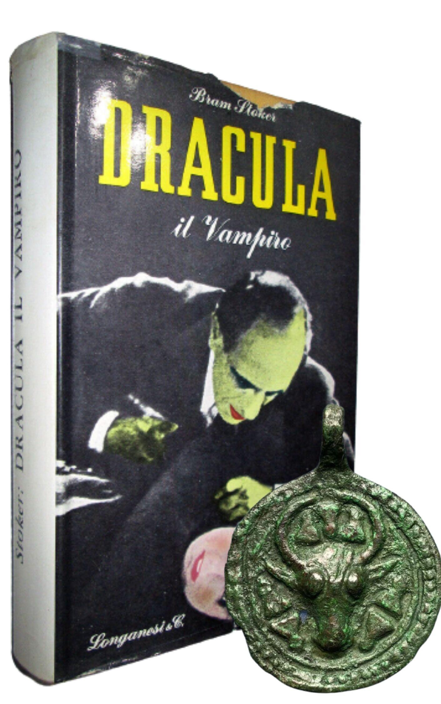 """""""Dracula il Vampiro"""" di Bram Stoker (Longanesi, 1959): la rara quarta edizione italiana [e un ciondolo medievale dei tempi di Dracula]"""