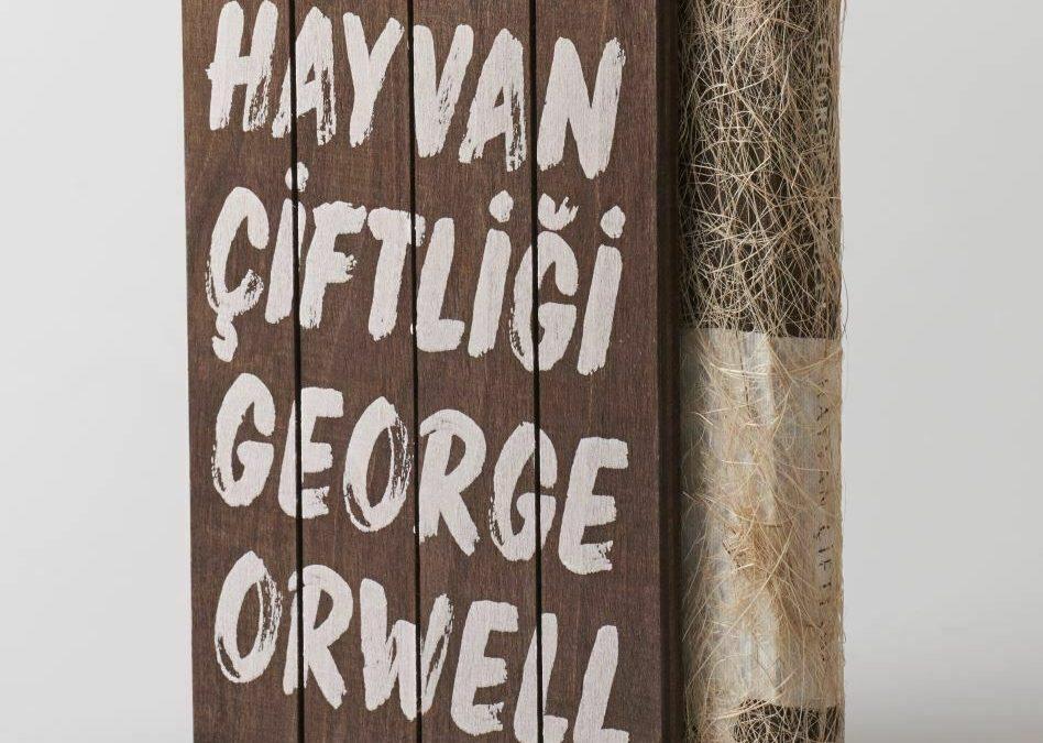 """Un'edizione esclusiva da collezione de """"La fattoria degli animali"""" di George Orwell con copertina in paglia e custodia in legno"""