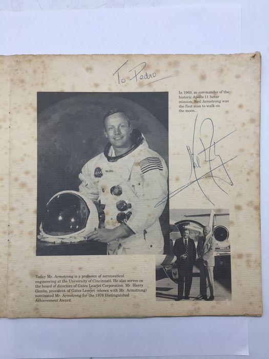 Autografo di Neil Armstrong – il primo uomo a mettere piede sulla Luna – sul libretto del The Wings Club Inc. (1976)